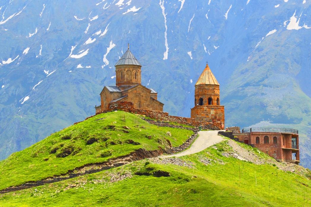 Ο Ναός της Αγίας Τριάδας Γκεργκέτι πανω από την Στεπαντσμίντα.