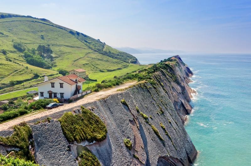Costa entre zumaia y deba en el país vasco