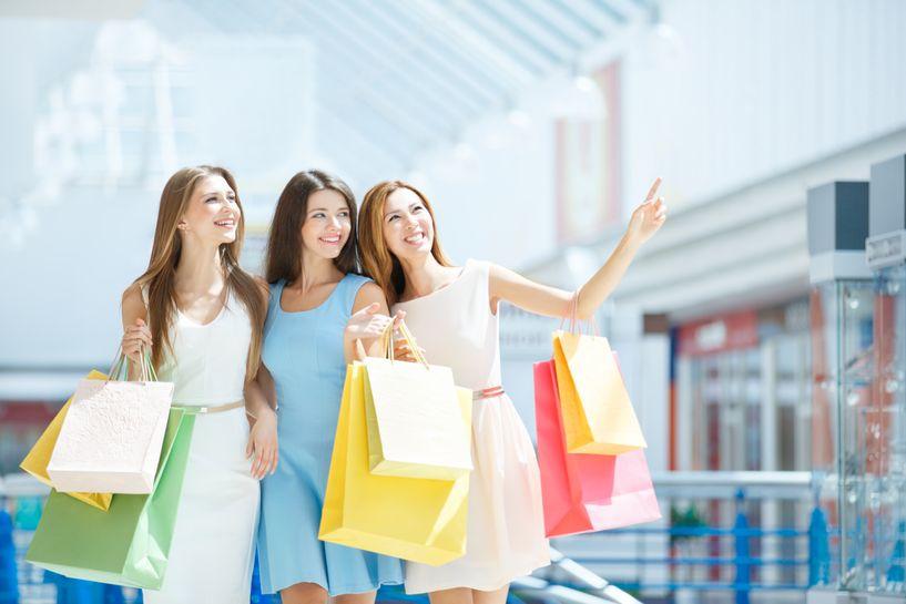 Κορίτσια με σακούλες από ψώνια
