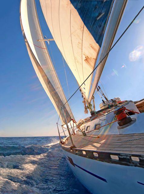Ιστιοπλοϊκό ταξιδεύει στη θάλασσα