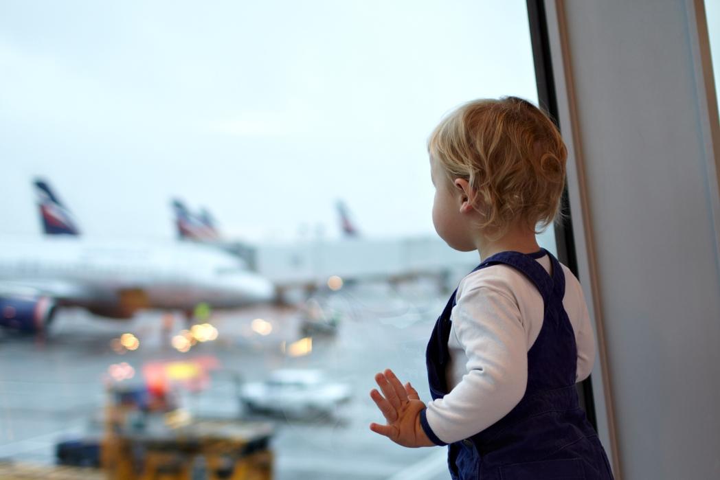 Μικρό παιδί στην αίθουσα αναχωρήσεων αεροδρομίου
