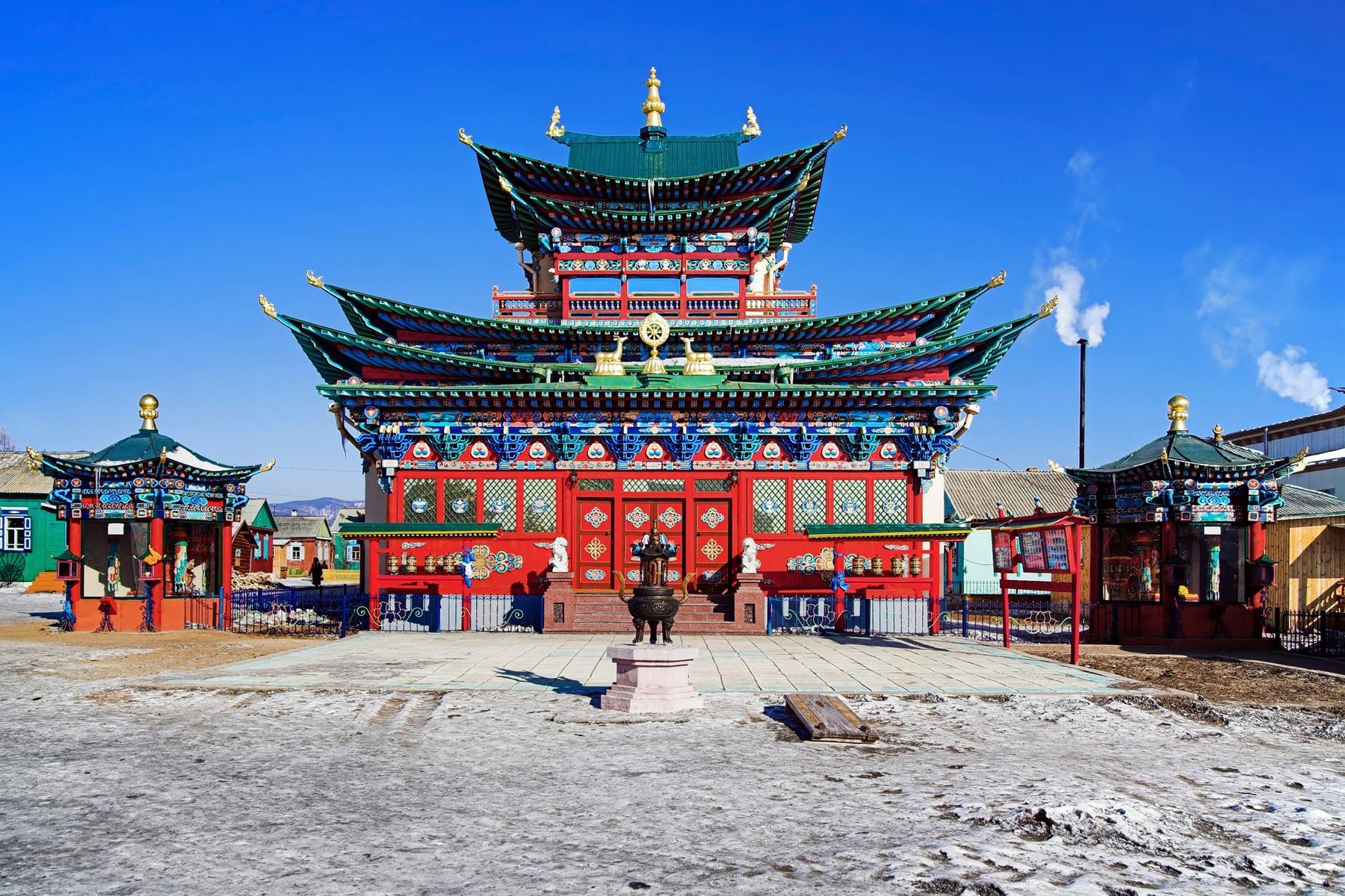 Буддийский храм Иволгинский дацан «Хамбын Хурэ». Расположен в Республике Бурятия в селе Верхняя Иволга в 36 км западнее центра Улан-Удэ