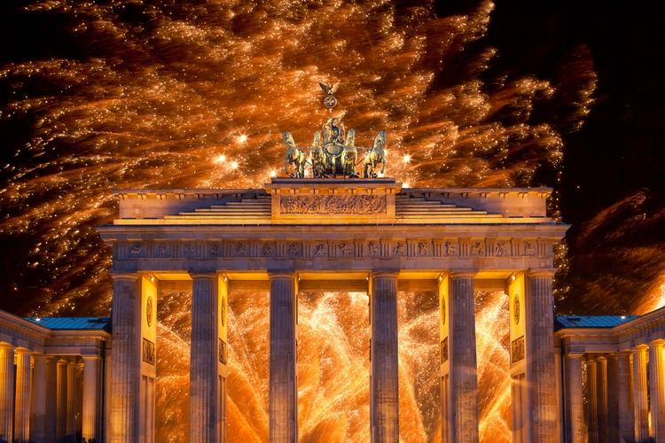 Новый год в Германии — фейерверк на грандиозной вечеринке у Бранденбургских ворот