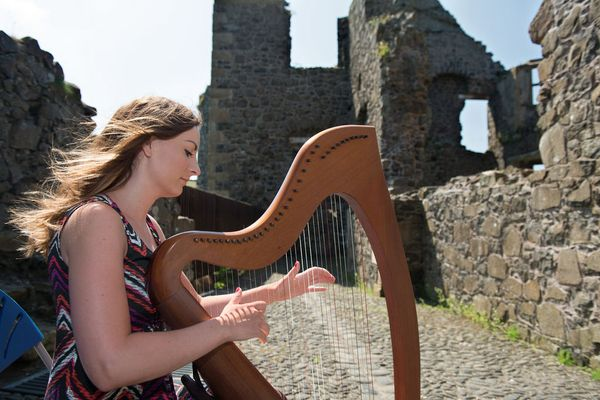Woman playing the harp, the national symbol of Ireland - surprising facts you didn't know about Ireland