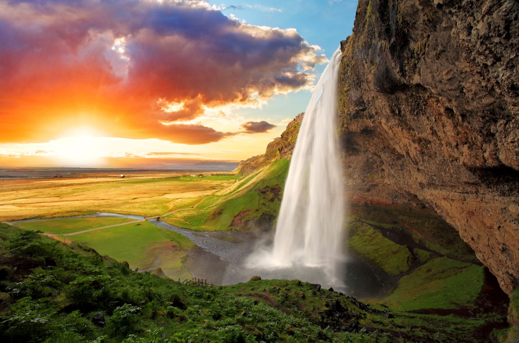 Исландский пейзаж с водопадом на закате