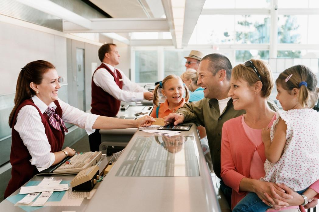 Οικογένεια κάνει check-in στο αεροδρόμιο πριν τις οικογενειακές διακοπές