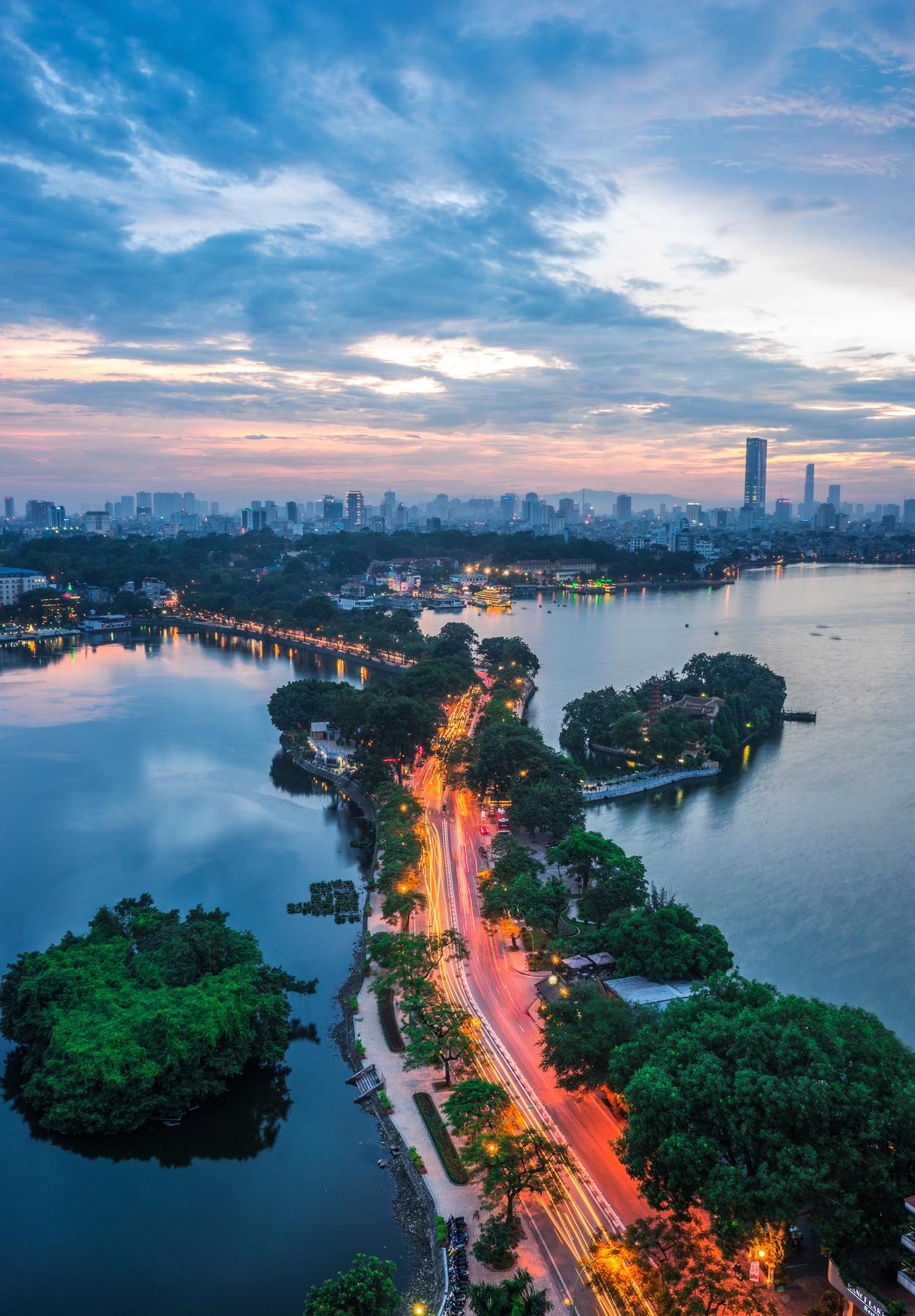 Αυτοκινητόδρομος στο Ανόι του Βιετνάμ φωτισμένος το ηλιοβασίλεμα