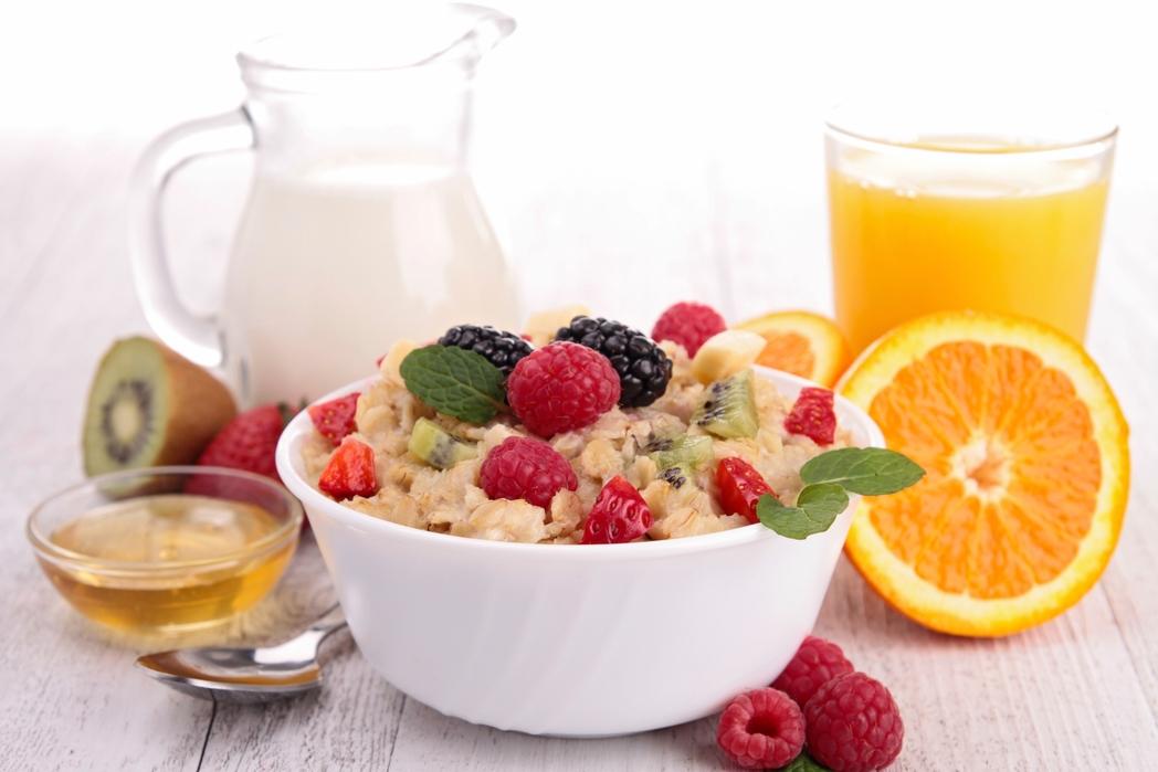 Υγιεινό πρωϊνό με φρούτα, χυμό και γάλα - Τουρισμός υγείας: Πώς θα κάνετε πιο υγιεινή κάθε απόδραση του 2020