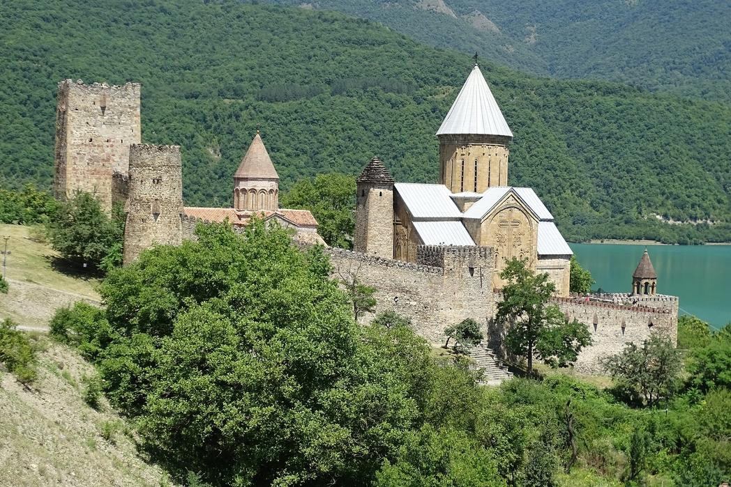 Το κάστρο Ανανούρι αγναντεύει τον ποτάμο Αράγκβι.