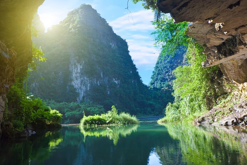 Πλούσια φύση και βράχοι από ασβεστόλιθο στο Βόρειο Βιετνάμ
