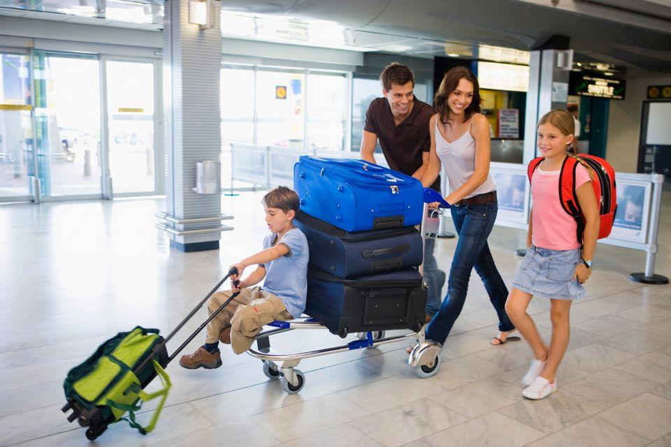 Οικογένεια με μικρά παιδιά στο αεροδρόμιο