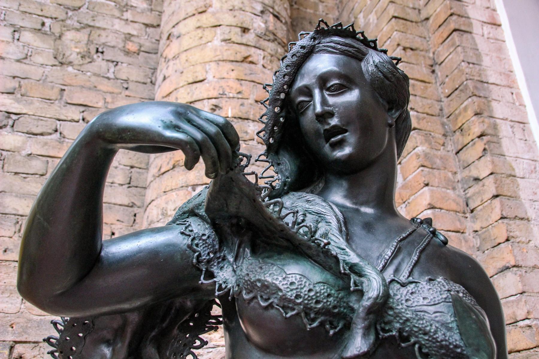 Estátua de uma mulher exposta na Pinacoteca de São Paulo.
