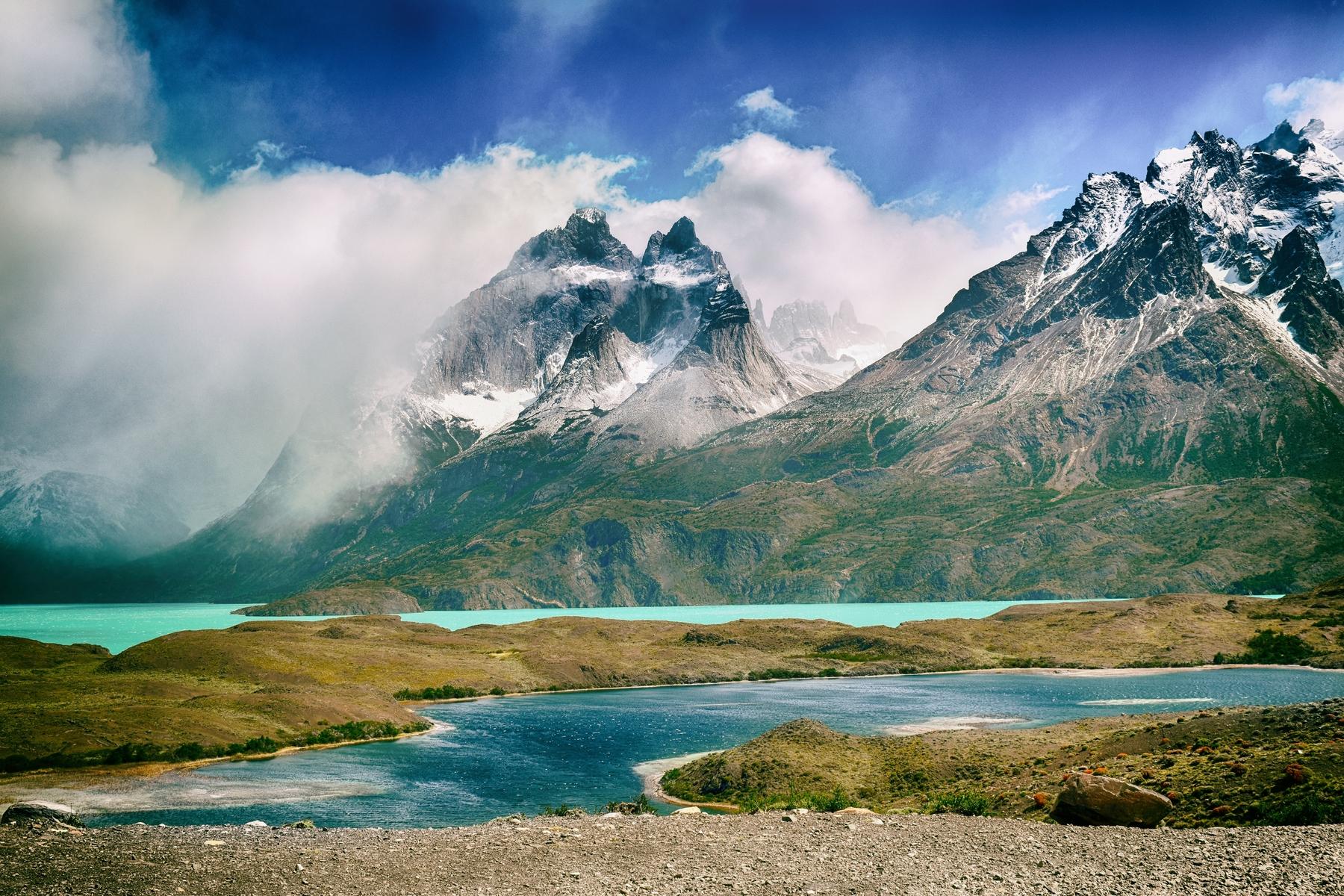 Berge und ein See in Chile. Länder-Faktum: Chile ist das längste Land der Welt.