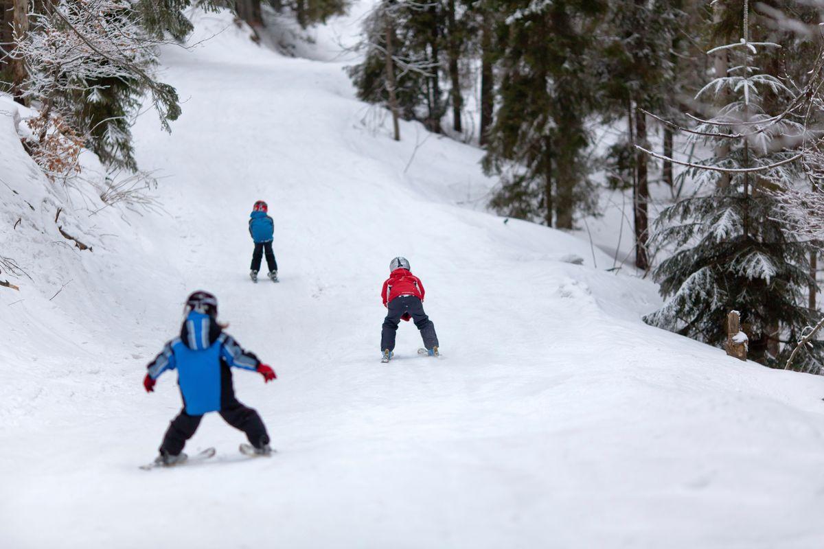 Παιδιά κάνουν σκι