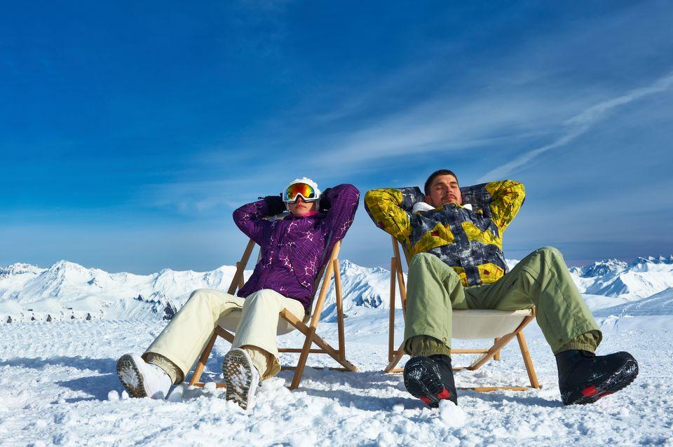 Δύο σκιέρ ξεκουράζονται σε σεζλόνγκ στα χιόνια