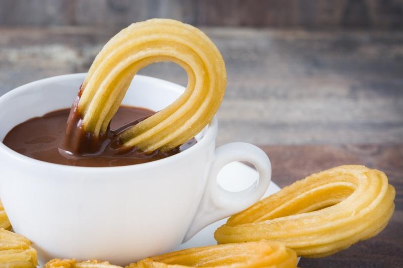 Испанцы обмакивают хрустящие палочки чуррос в густой горячий шоколад