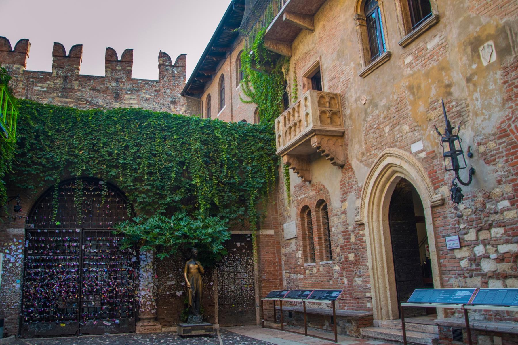 Балкон Джульетты и ее бронзовая статуя в Вероне.
