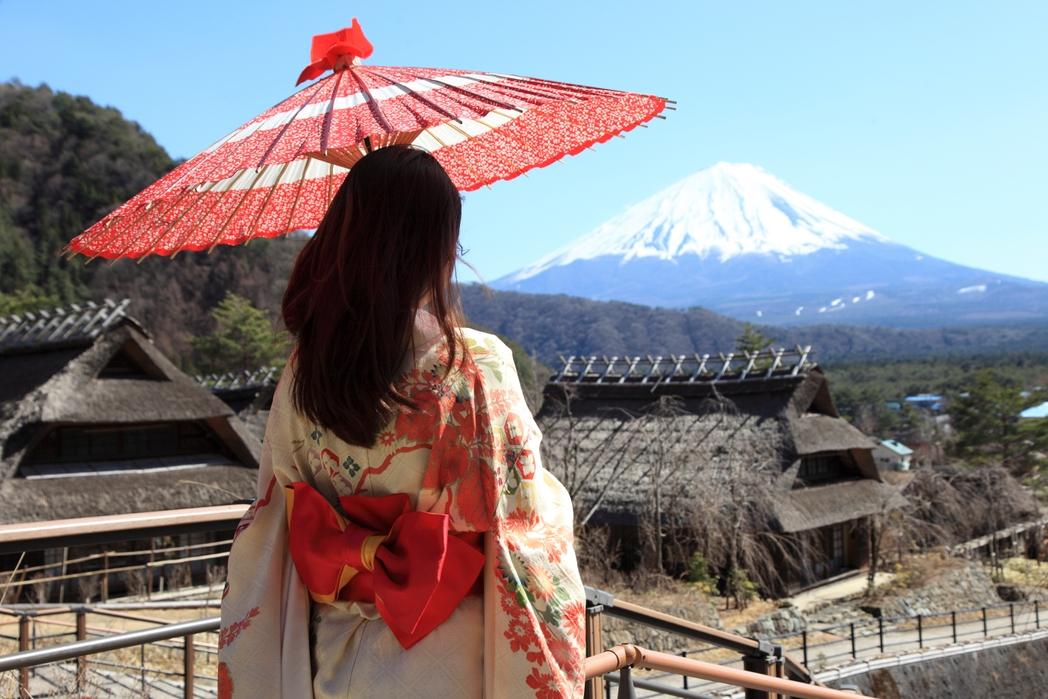 Γιαπωνέζα κοιτάζει το Όρος Φούτζι από μπαλκόνι - Πώς να εξοικονομήσετε χρήματα για ταξίδια το 2020