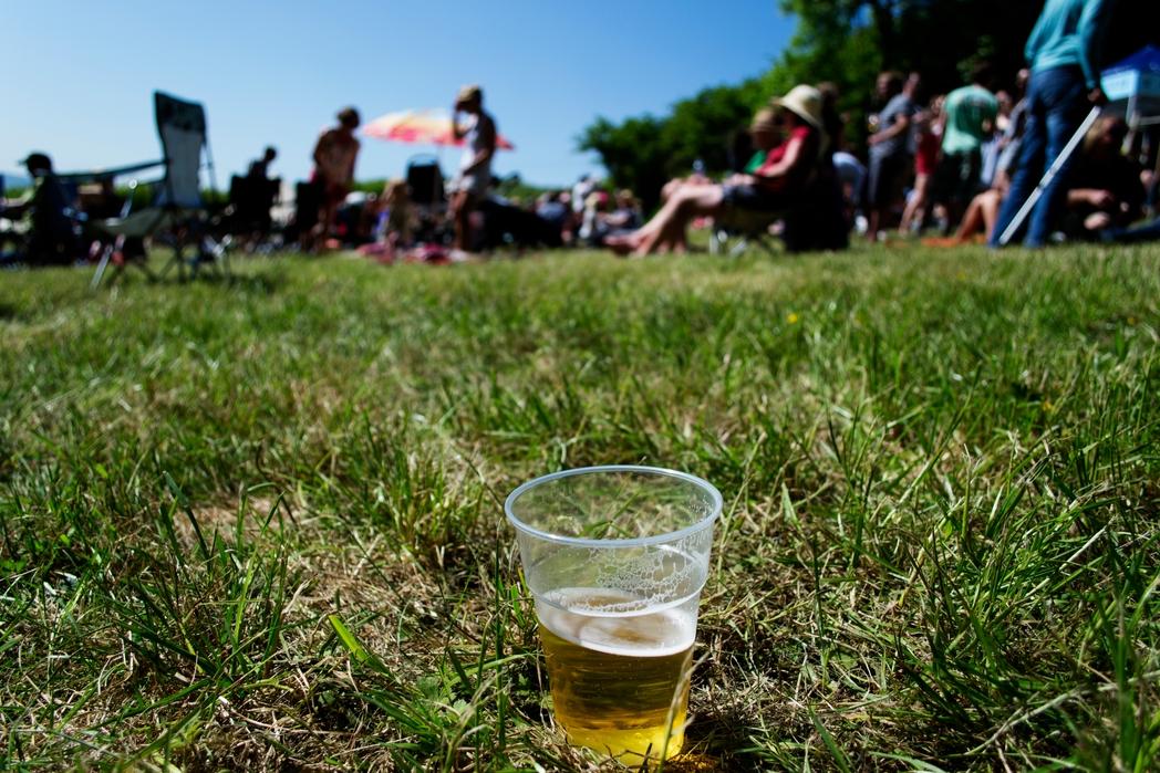 Πλαστικό ποτήρι μπίρας στο γρασίδι - βιώσιμος τουρισμός, top tips