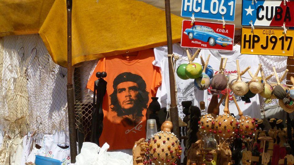 Стенд с кубинскими сувенирами: футболки с Че, автомобильные номера и другие предметы.