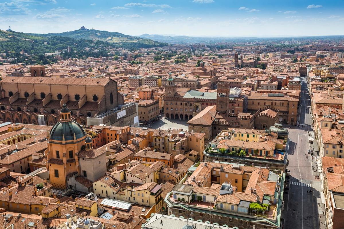 Вид сверху на площадь Пьяцца Маджоре и базилику Сан-Петронио.
