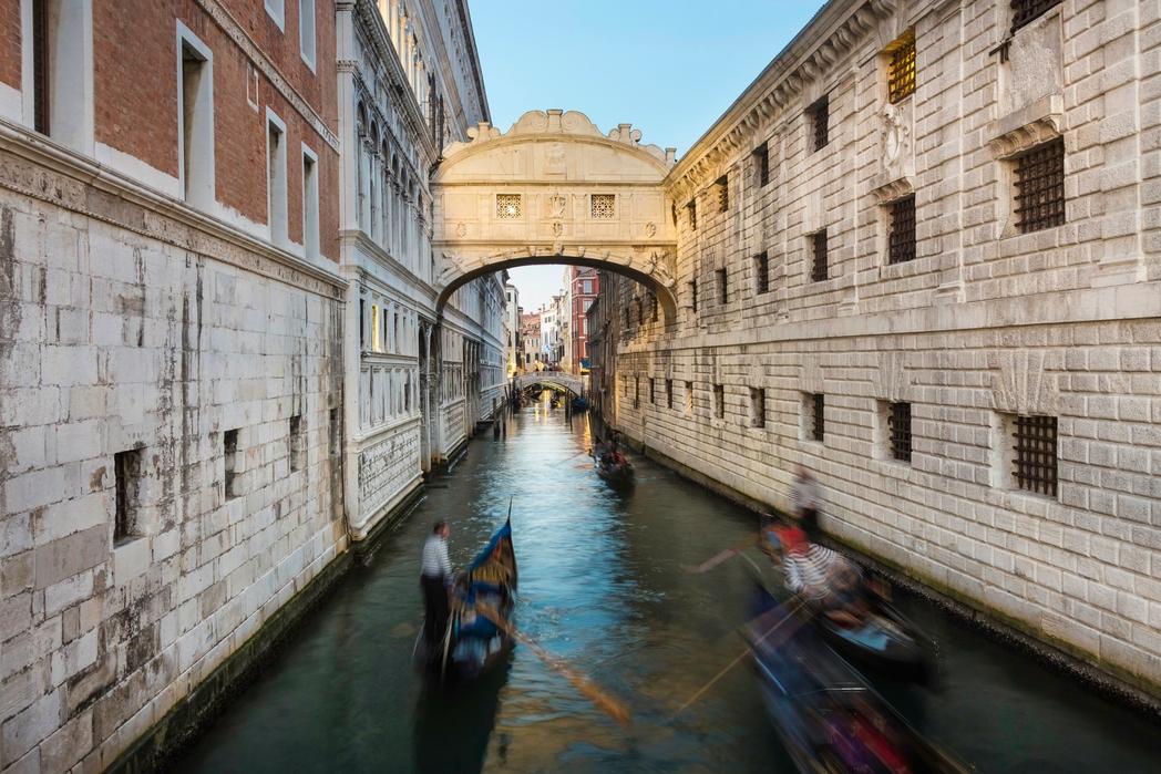 Γόνδολες περνούν κάτω απ' τη Γέφυρα των Στεναγμών της Βενετίας