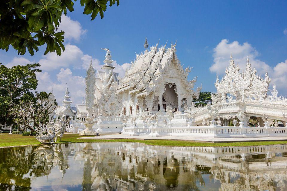 Ο αριστοτεχνικός λευκός ναός Wat Rong Khun στην επαρχία Τσιανγκ Μάι - απαραίτητη στάση στις διακοπές στην Ταϊλάνδη