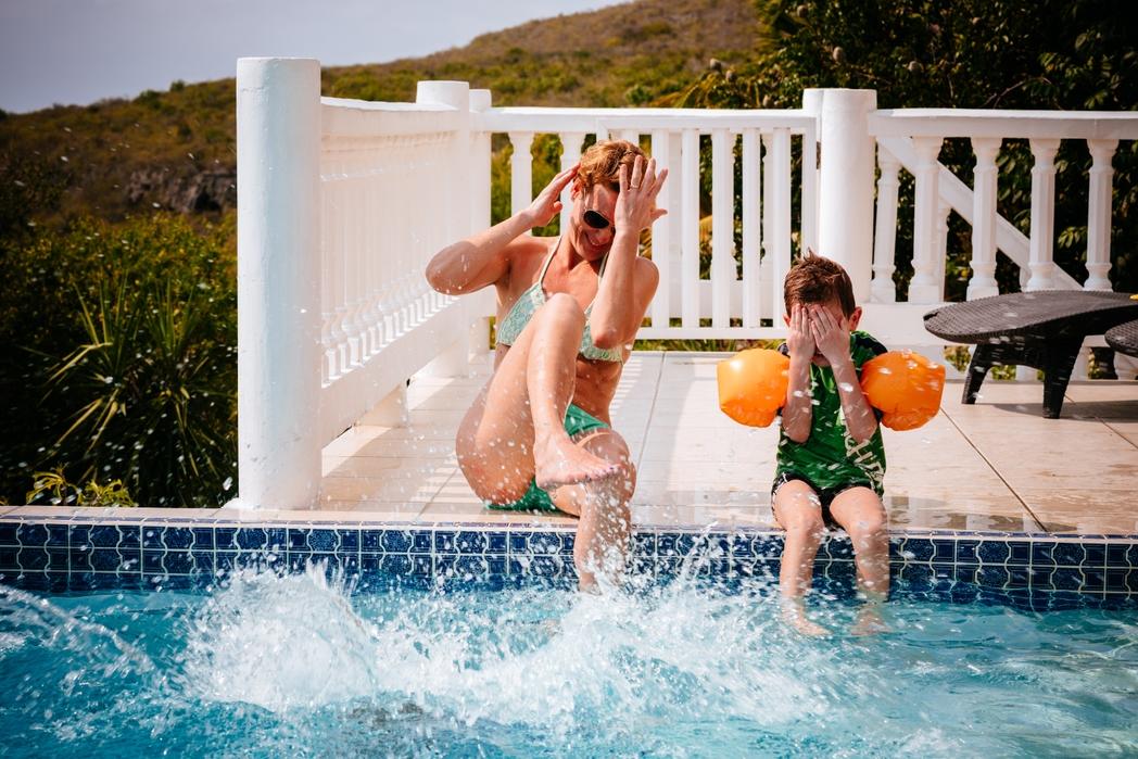 Μητέρα παίζει στην πισίνα με τον γιο της - οικογενειακές διακοπές
