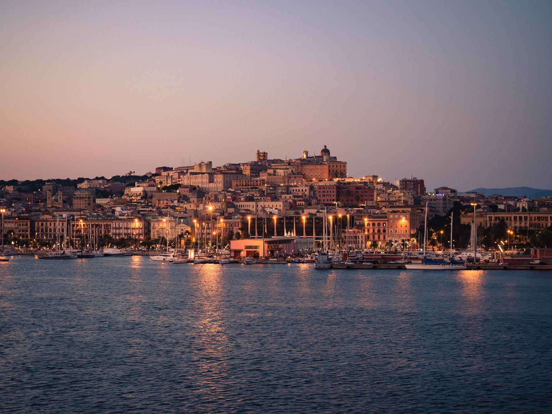 La hermosa estampa de Cagliari al atardecer
