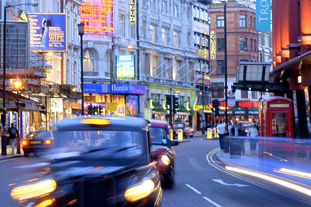 Τα φώτα και οι επιγραφές στο West End
