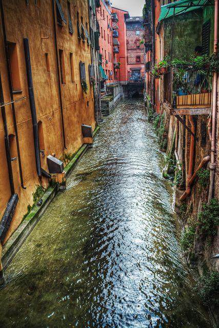 """Θέα σε κανάλι της Μπολόνια απ' το Finestrella, το """"παραθυράκι"""" της Via Pella - 10 εναλλακτικά ταξίδια στην Ευρώπη"""