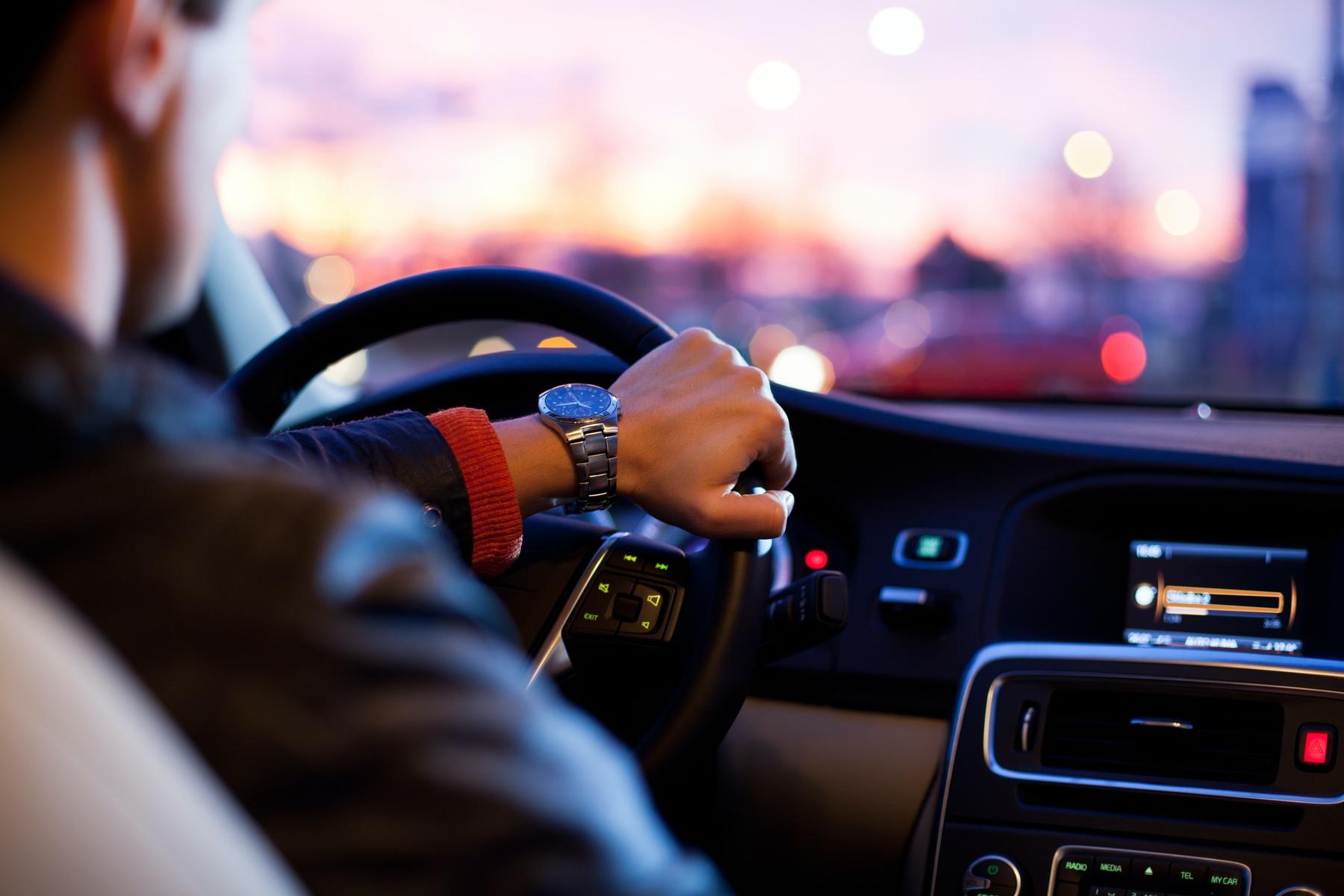 Autohuur man achter het stuur