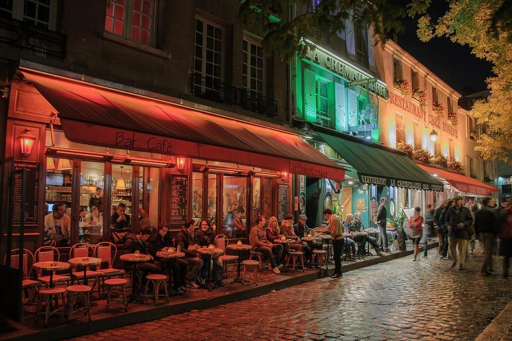 Μποέμ υπαίθρια καφέ το βράδυ στο Παρίσι