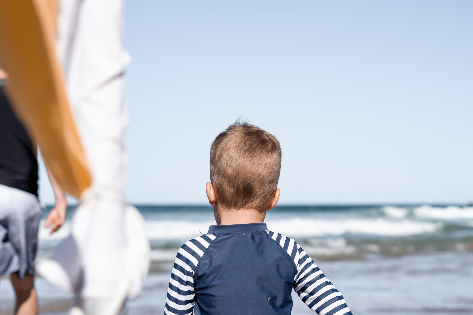 Vader en kind op het strand