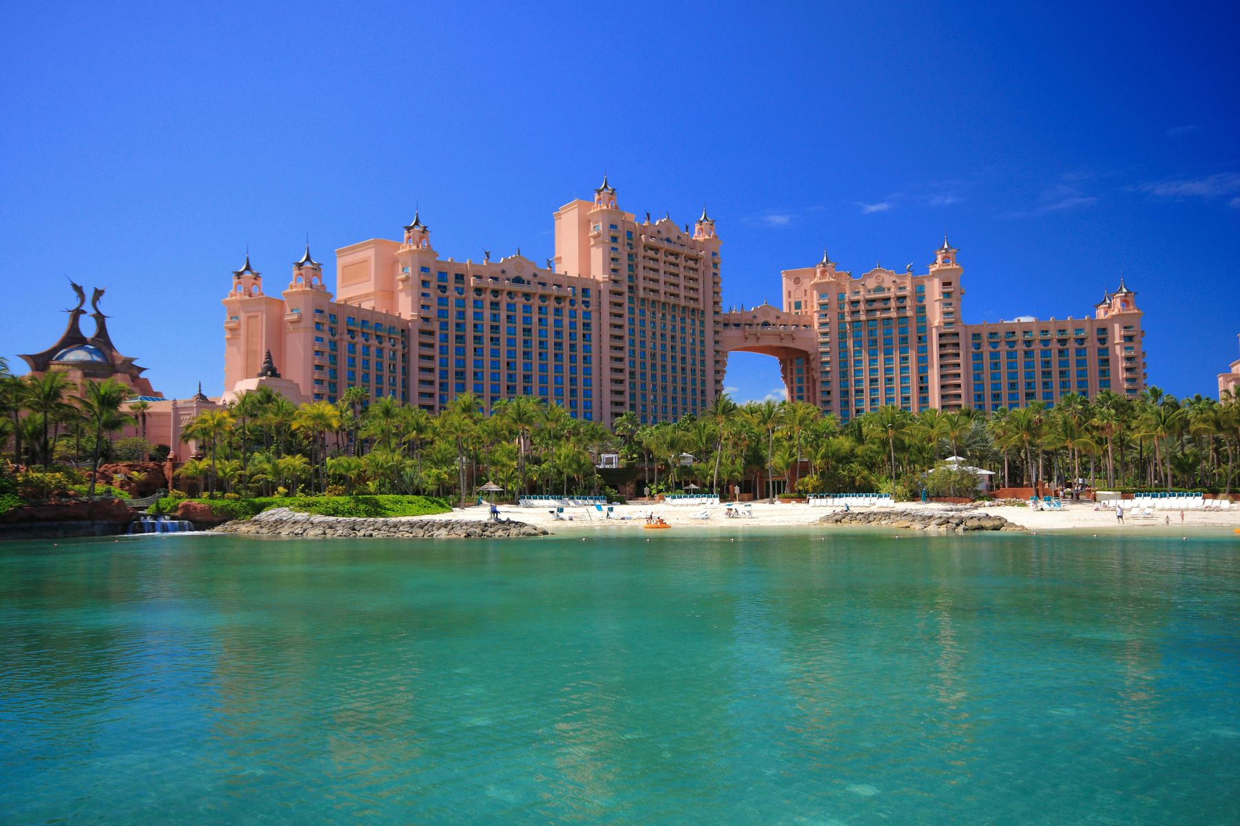 Hotel perto da praia nas Bahamas, um dos países abertos para receber viajantes brasileiros vacinados.