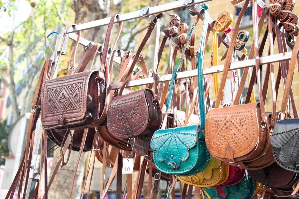 Läderväskor på marknad i Madrid
