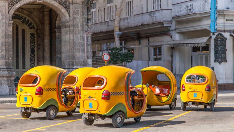 Желтые кубинские тук-туки Cocotaxi.