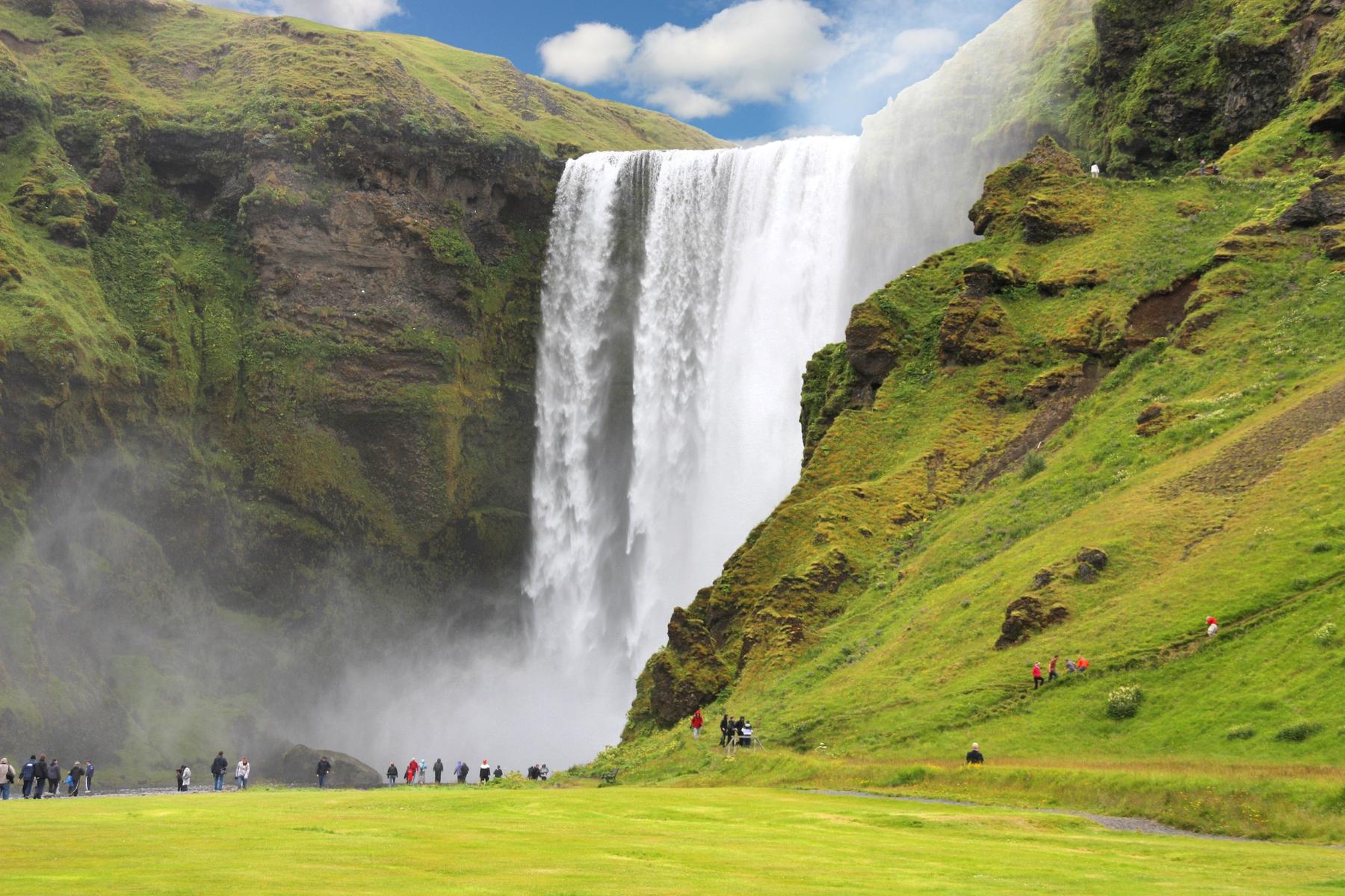 Живописный водопад Скоугафосс в Исландии
