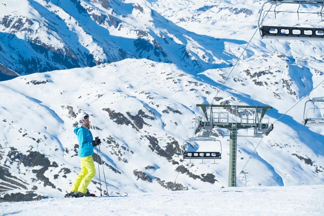 Γυναίκα με σκι στο χιονισμένο βουνό