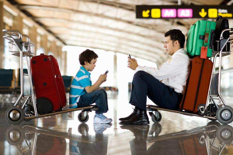 Πατέρας και γιος στο αεροδρόμιο