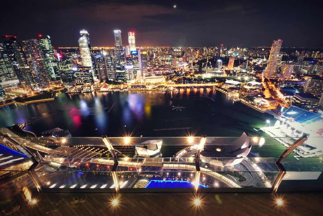 Φουτουριστική άποψη της πόλης-κράτους φωτισμένης τη νύχτα