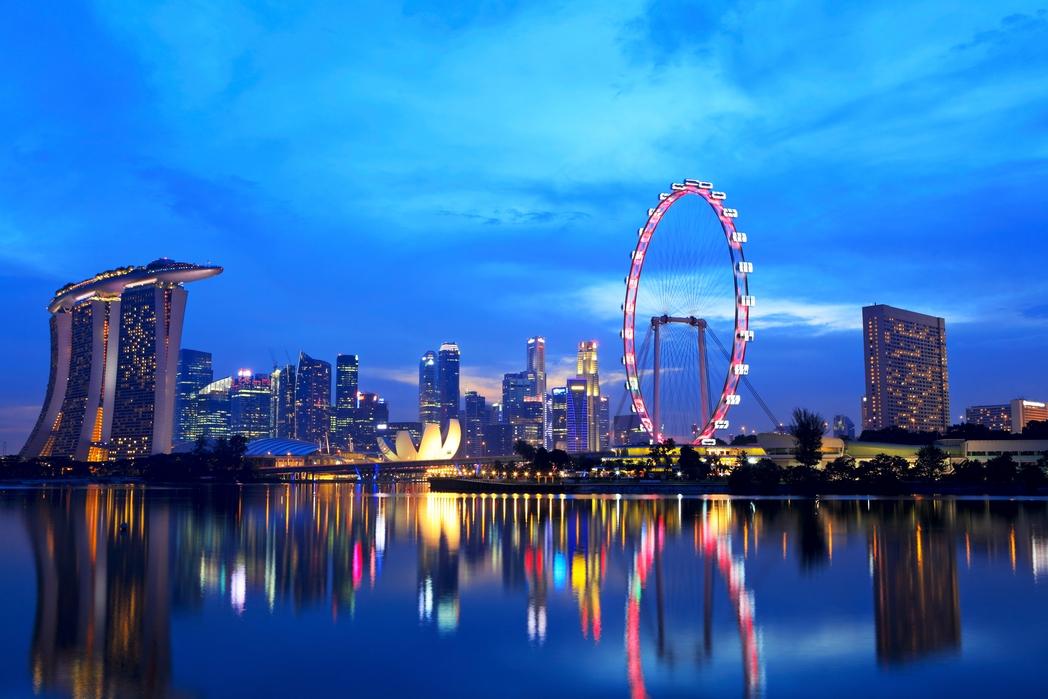 Η ρόδα Singapore Flyer, το ξενοδοχείο Marina Bay Sands και άλλα αξιοθέατα της Σιγκαπούρης φωτισμένα τη νύχτα