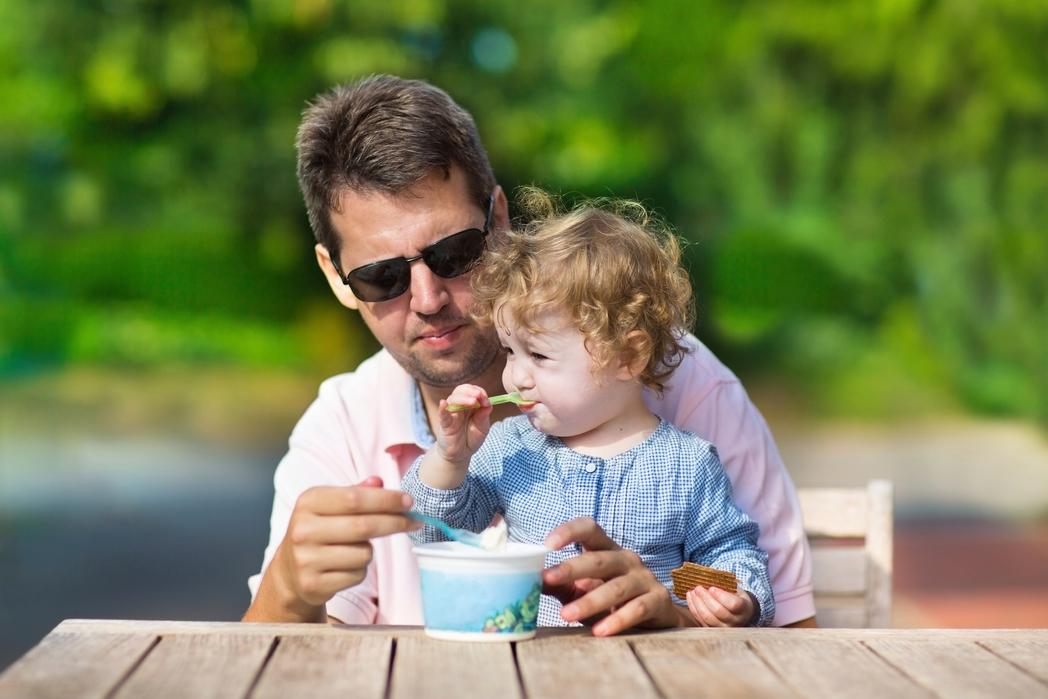 Πατέρας και κόρη απολαμβάνοντας ένα παγωτό