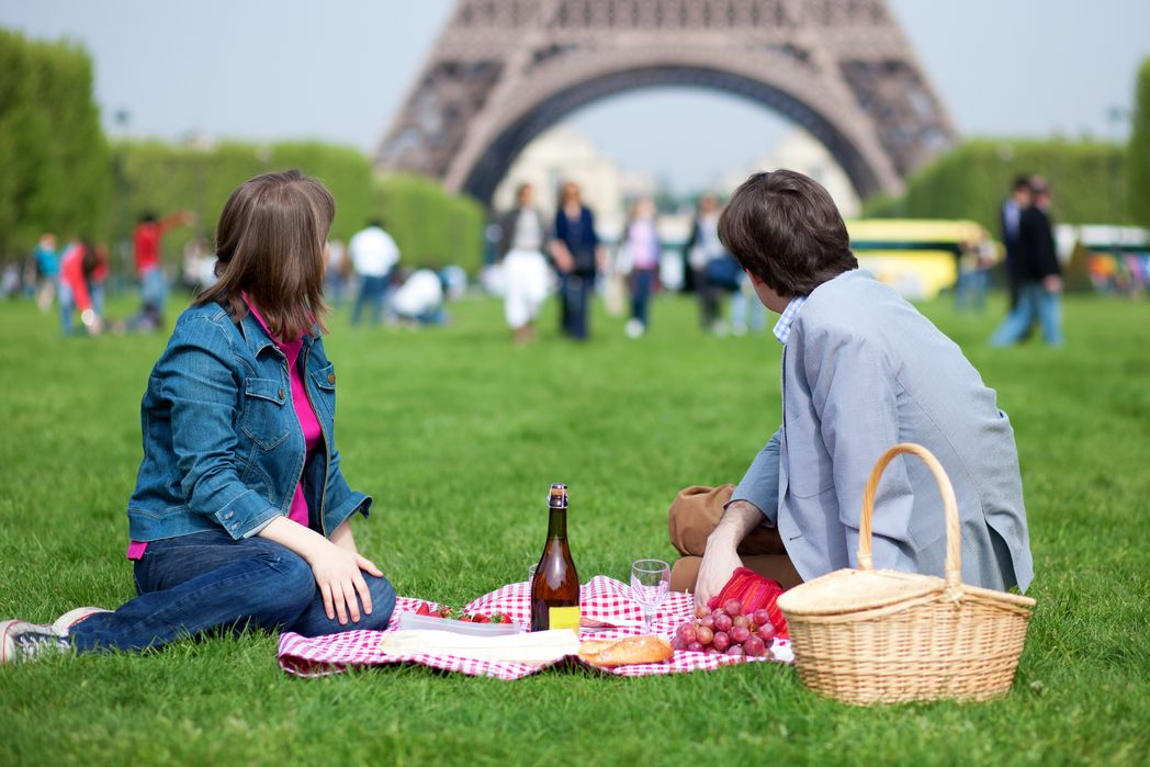 Πικ-νικ με φόντο τον Πύργο του Άιφελ - κάντε Πάσχα στην Ευρώπη αυτή την άνοιξη