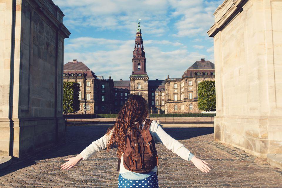 Κοπέλα μπροστά απ' το Το μπαρόκ και νεοκλασικό μεγαλείο του Christiansborg