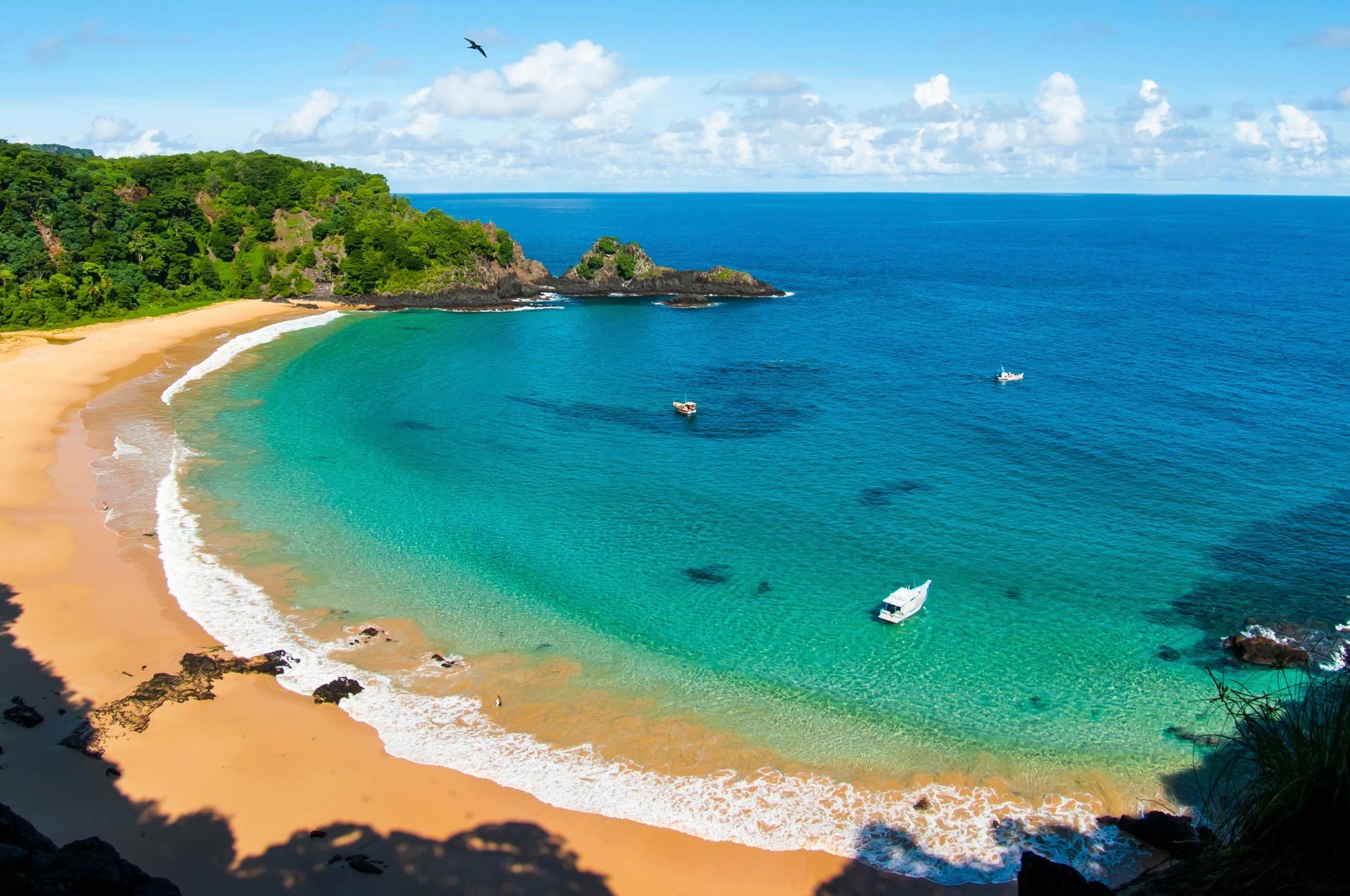 Praia do Sancho, em Noronha, um dos melhores lugares para onde viajar em fevereiro