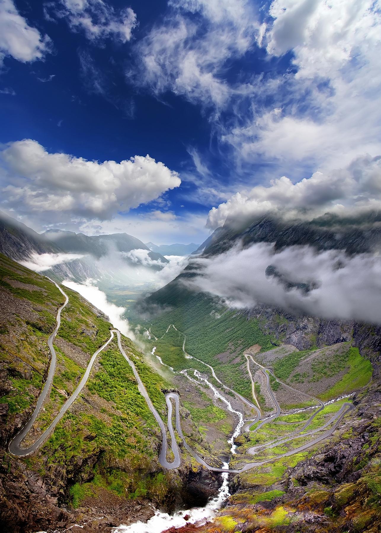 Самые живописные дороги мира. Лестница троллей (норв. Trollstigen, Дорога троллей) — одно из самых популярных и посещаемых туристических мест в Норвегии. Находится в северной части западной Норвегии