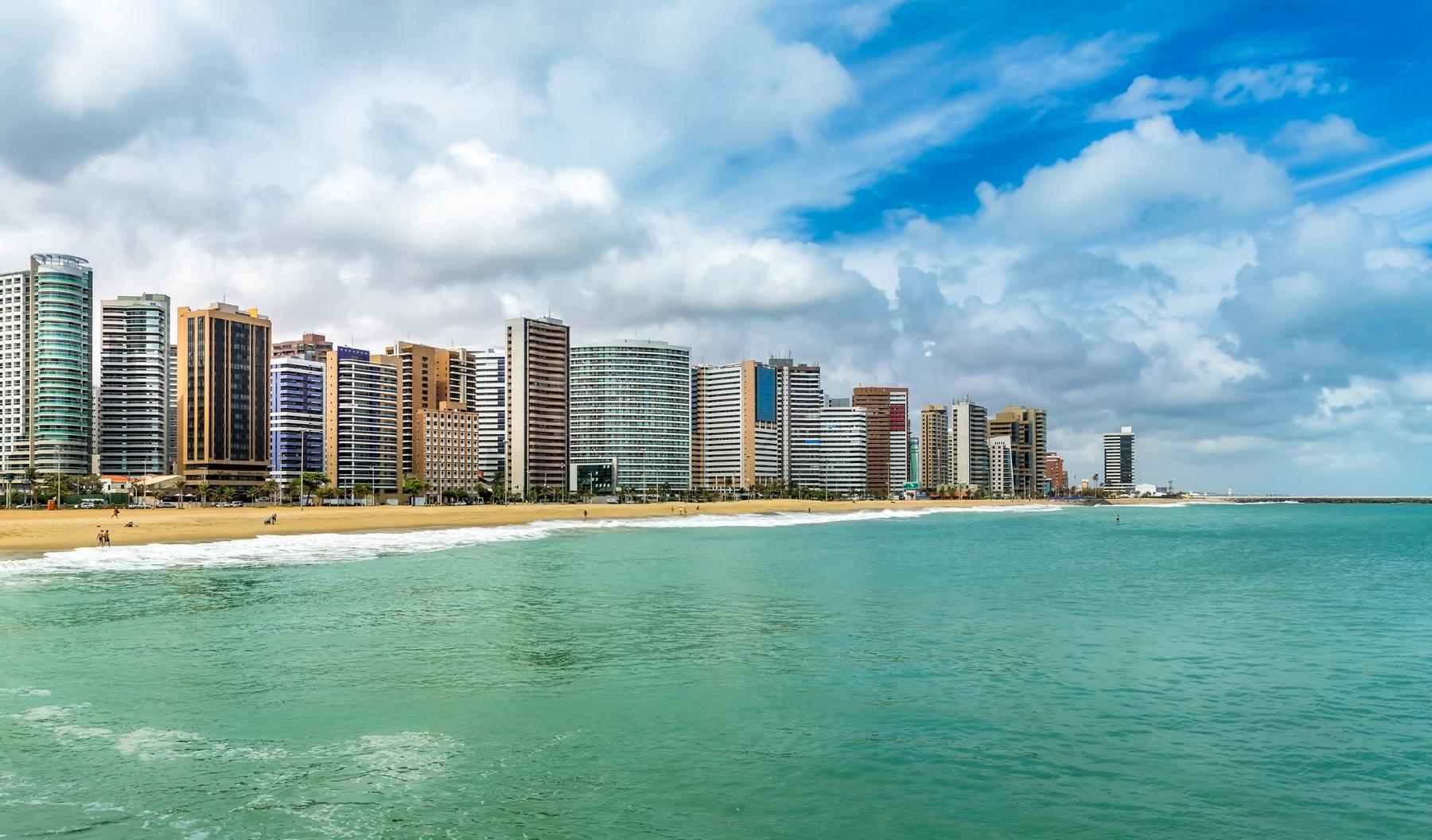 Prédios altos na orla de Fortaleza.