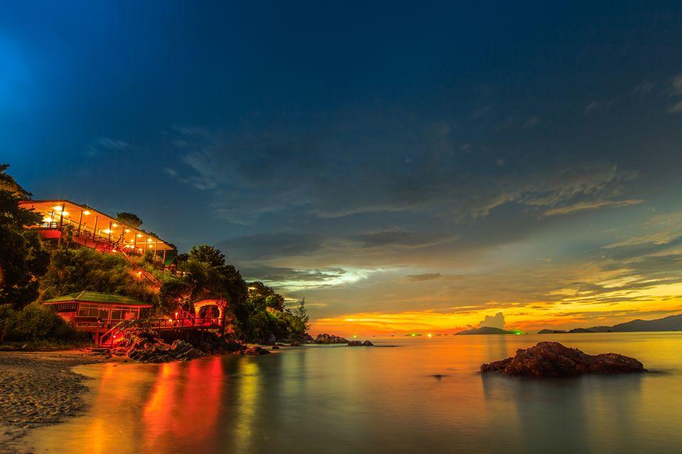 Ξενοδοχείο δίπλα στη θάλασσα φωτισμένο το ηλιοβασίλεμα στο Koh Lipe