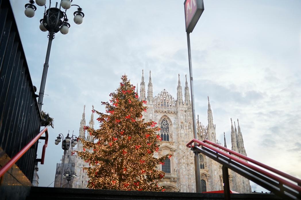 Χριστουγεννιάτικο δέντρο μπροστά απ' το Duomo του Μιλάνου